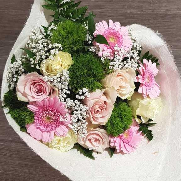 Fiori Bianchi Galliate.Bouquet Fiori Per Nascita Bimba Consegna A Domicilio
