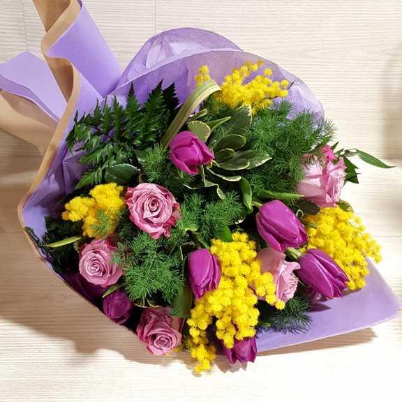 Mazzo Di Fiori Con Mimose.Bouquet Tulipani Rose E Mimosa Per La Festa Della Donna