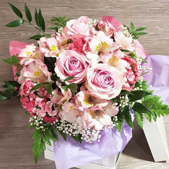Mazzo Di Fiori Romantico.Bouquet Fiori Rosa Per Nascita Invio Fiori A Domicilio